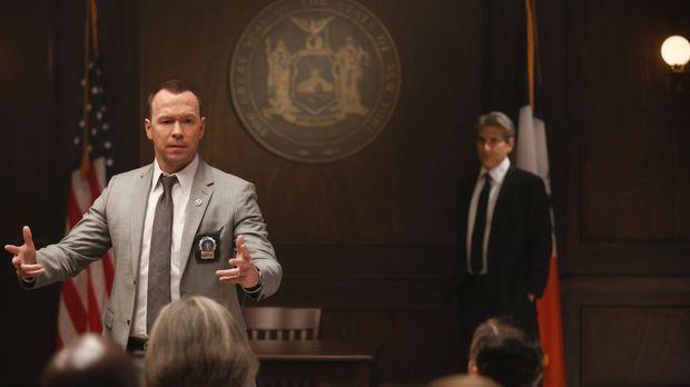 Im Gerichtssaal versucht Danny (Donnie Wahlberg, l.), Lewis (Michael Imperiol...