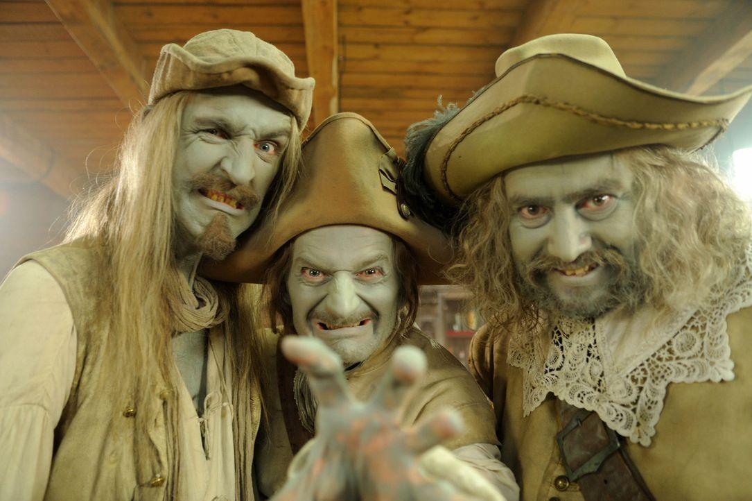 Der Legende nach wurden vor 300 Jahren die drei Räubergesellen Mops (Alexander Hörbe, r.), Karl (Michael Kessler, M.) und Chlodwig (Andreas Schmid... - Bildquelle: SAT.1