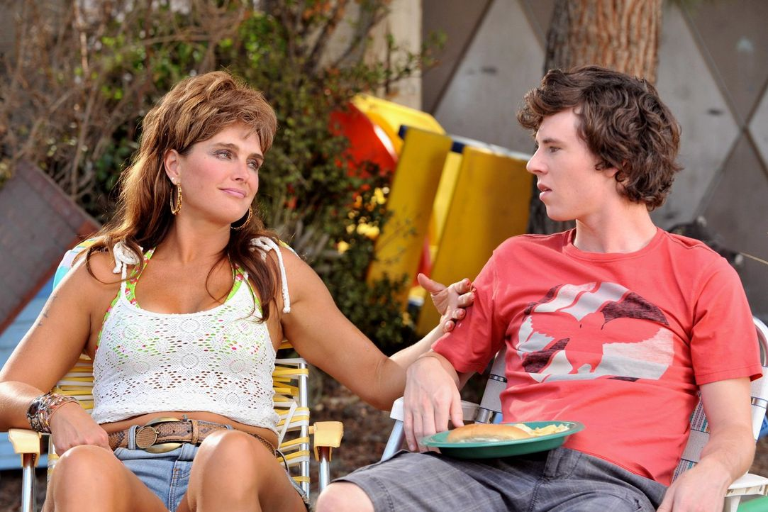 Während Frankie mit der zurückgekehrten Nachbarin Rita Glossner (Brooke Shields, l.) wegen eines Gartenschlauchs in Streit gerät, muss Brick in der... - Bildquelle: Warner Brothers