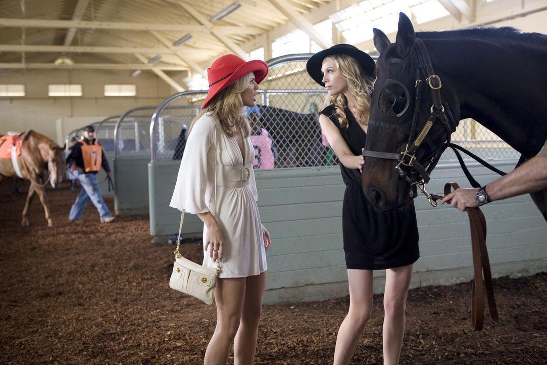 Erste Streitigkeiten zwischen den Schwestern Naomi (AnnaLynne McCord, l.) und Jen (Sara Foster, r.) - doch es kommt noch viel schlimmer... - Bildquelle: TM &   CBS Studios Inc. All Rights Reserved