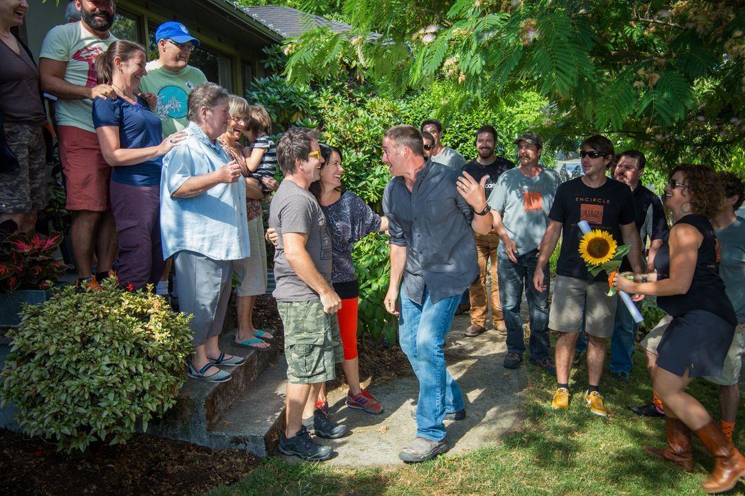 Josh (M.), sowieso die Hauseigentümer haben ordentlich Verstärkung mitgebracht, um gemeinsam das Haus umzubauen. Das erste Treffen sorgt für Aufregu... - Bildquelle: 2013, DIY Network/ Scripps Networks, LLC. All Rights Reserved.