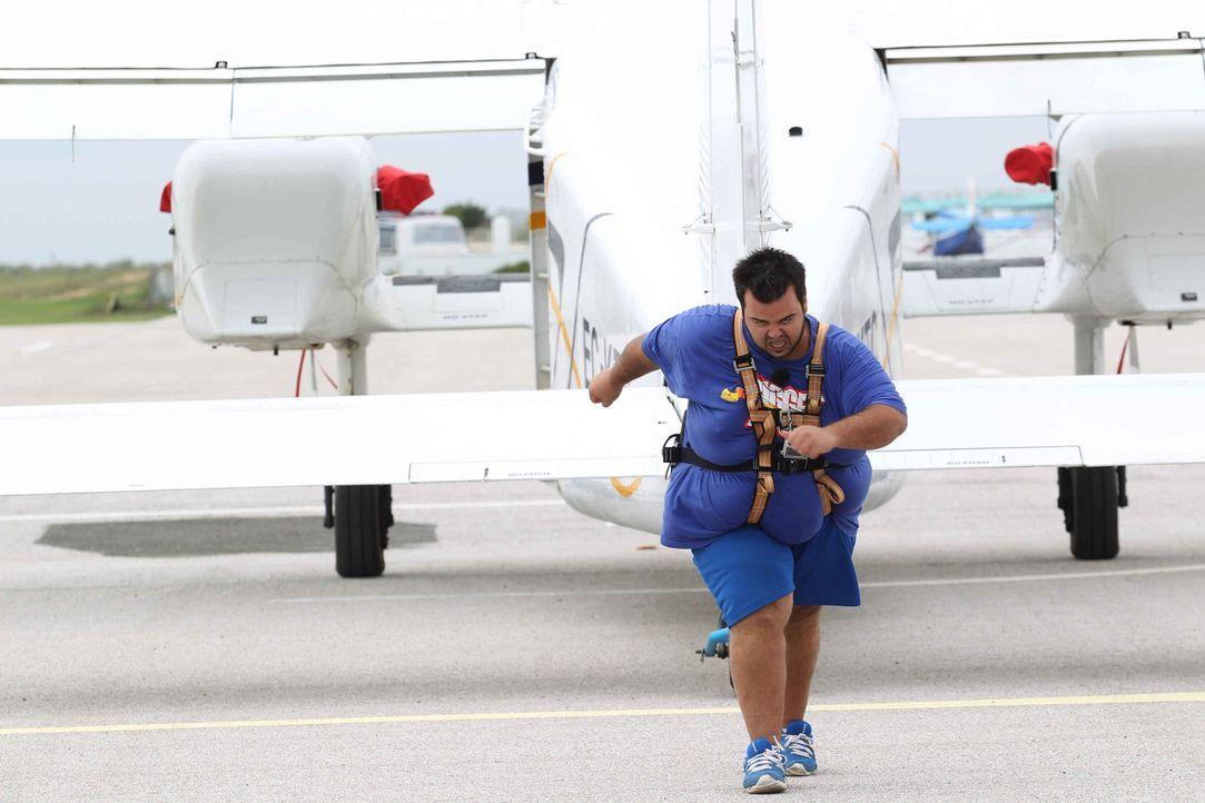 """Nimmt die Herausforderung im """"Flugzeuge ziehen"""" an: Sezer ... - Bildquelle: Enrique Cano SAT.1"""