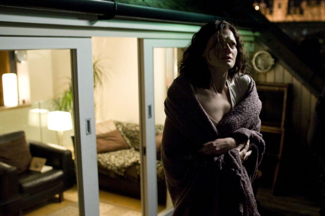 Viel zu spät erkennt die Parapsychologin Mary Florescu (Sophie Ward), dass das unheilvolle Gebäude die Wegkreuzung der Toten auf dem Weg ins Jenseit... - Bildquelle: Sunfilm