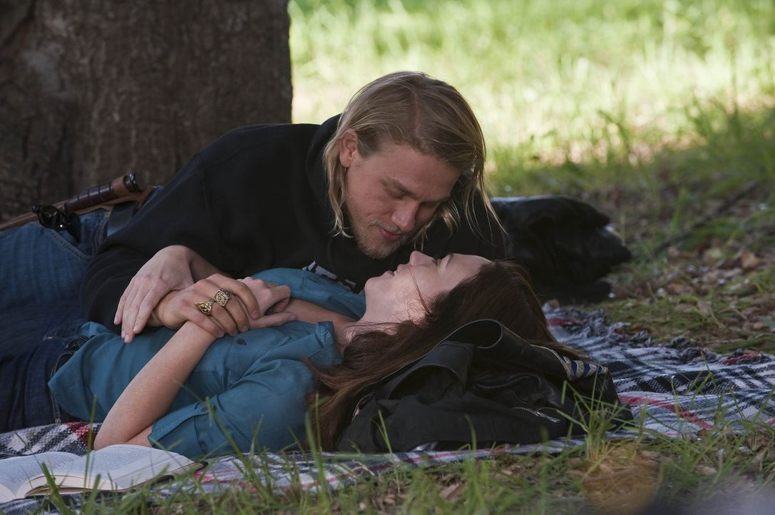 Genießen die Zweisamkeit: Jax (Charlie Hunnam, l.) und Tara (Maggie Siff, r.) - Bildquelle: 2009 Twentieth Century Fox Film Corporation and Bluebush Productions, LLC. All rights reserved.