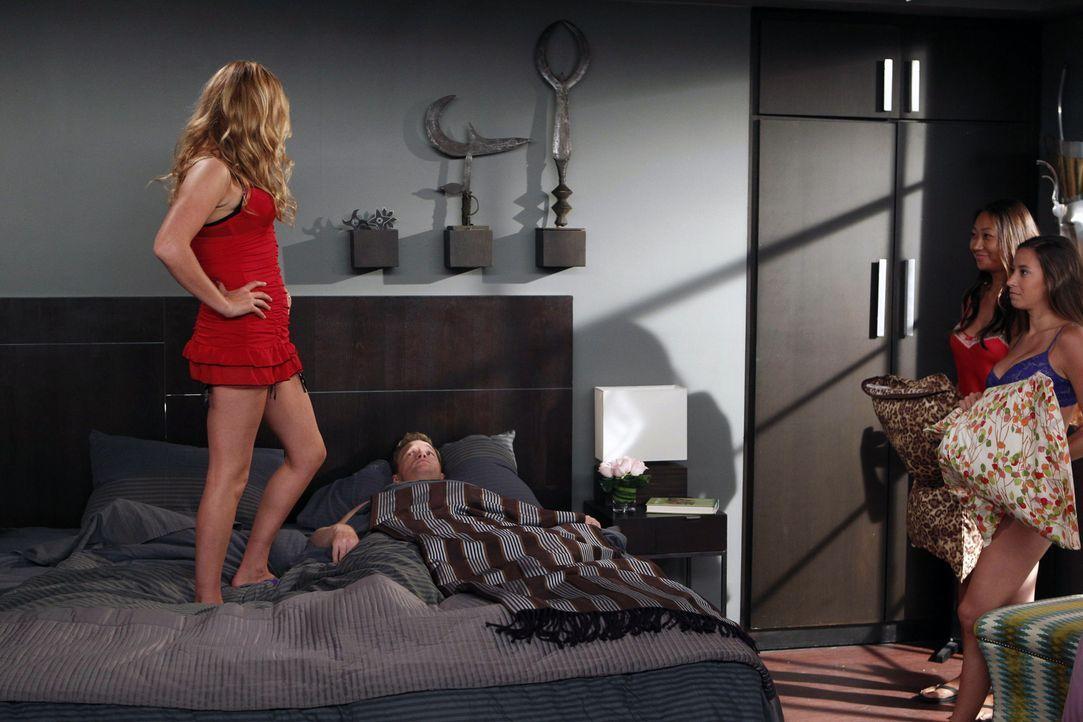 Als Barney (Neil Patrick Harris, 2.v.l.) einen ausführlichen Ehevertrag aufsetzt, ist Quinn (Becki Newton, l.) sehr empört, sodass sie einen eigenen... - Bildquelle: 20th Century Fox International Television
