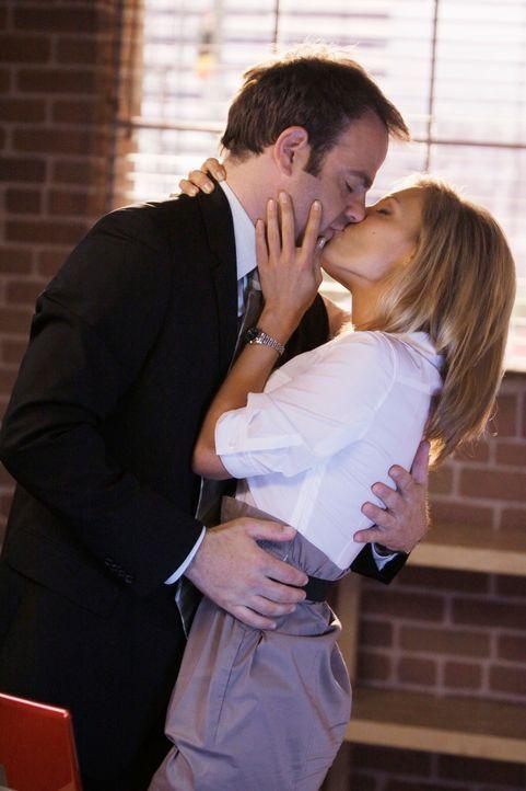 Fühlen sich zueinander hingezogen: Cooper (Paul Adelstein, l.) und Charlotte (KaDee Strickland, r.) ... - Bildquelle: ABC Studios