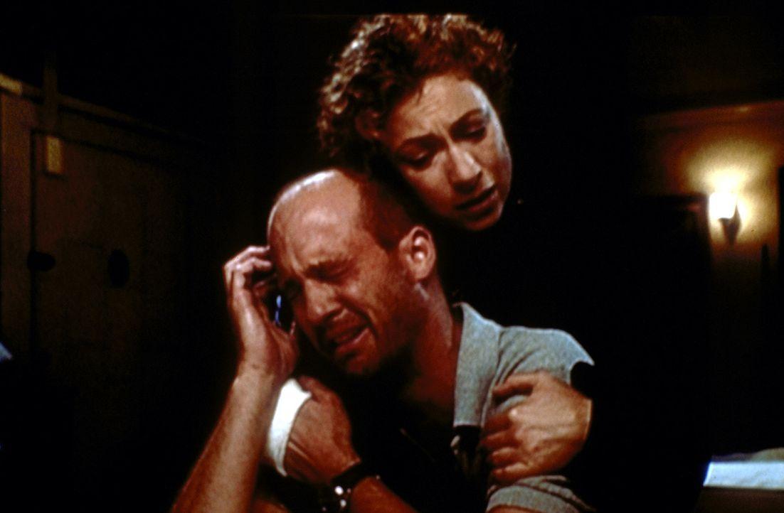 In der Trauer um seinen Vater bekommt Greene (Anthony Edwards, l.) seelische Unterstützung von Corday (Alex Kingston, r.). - Bildquelle: TM+  2000 WARNER BROS.