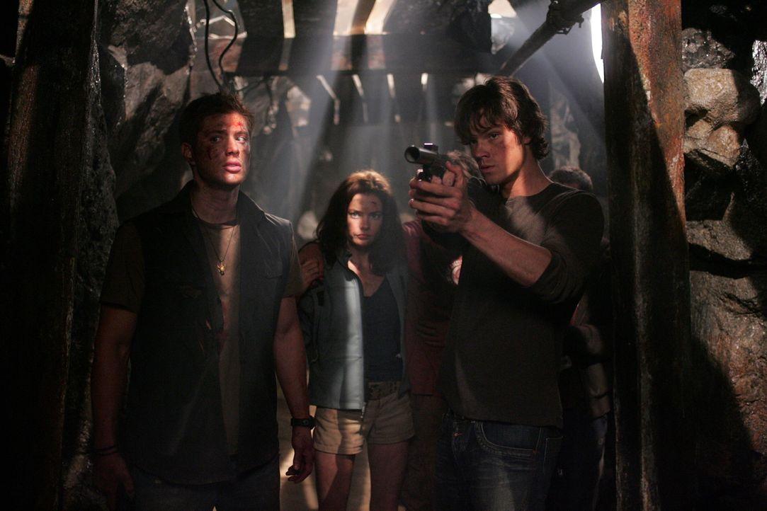 Auf der Suche nach ihrem Vater John treffen Sam (Jared Padalecki, r.) und Dean (Jensen Ackles, l.) auf Haley (Gina Holden, M.), die sich große Sorge... - Bildquelle: Warner Bros. Television