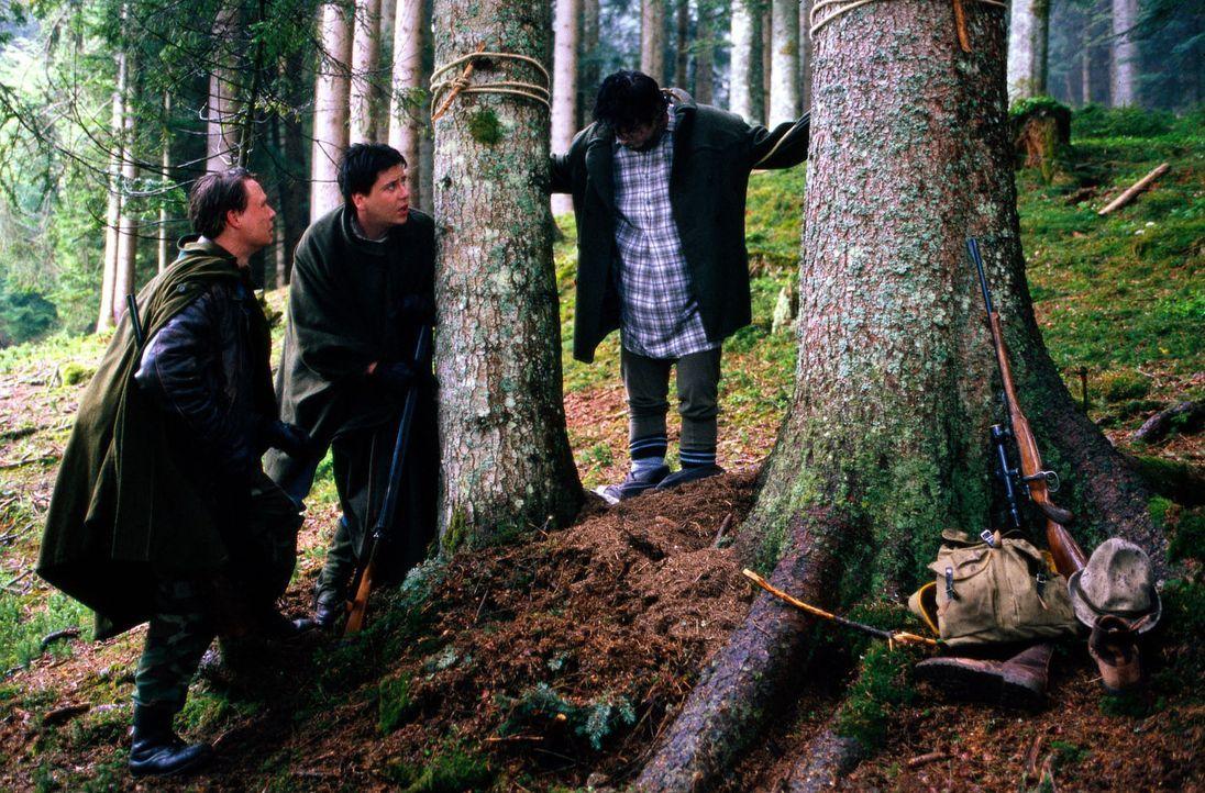 Nikolaus Riesch (Thomas Kress, l.) und Blasius Mayr (Kristian Kress, M.) entdecken eine Leiche (Fritz Zirngibl, r.) im Wald ... - Bildquelle: Magdalena Mate Sat.1