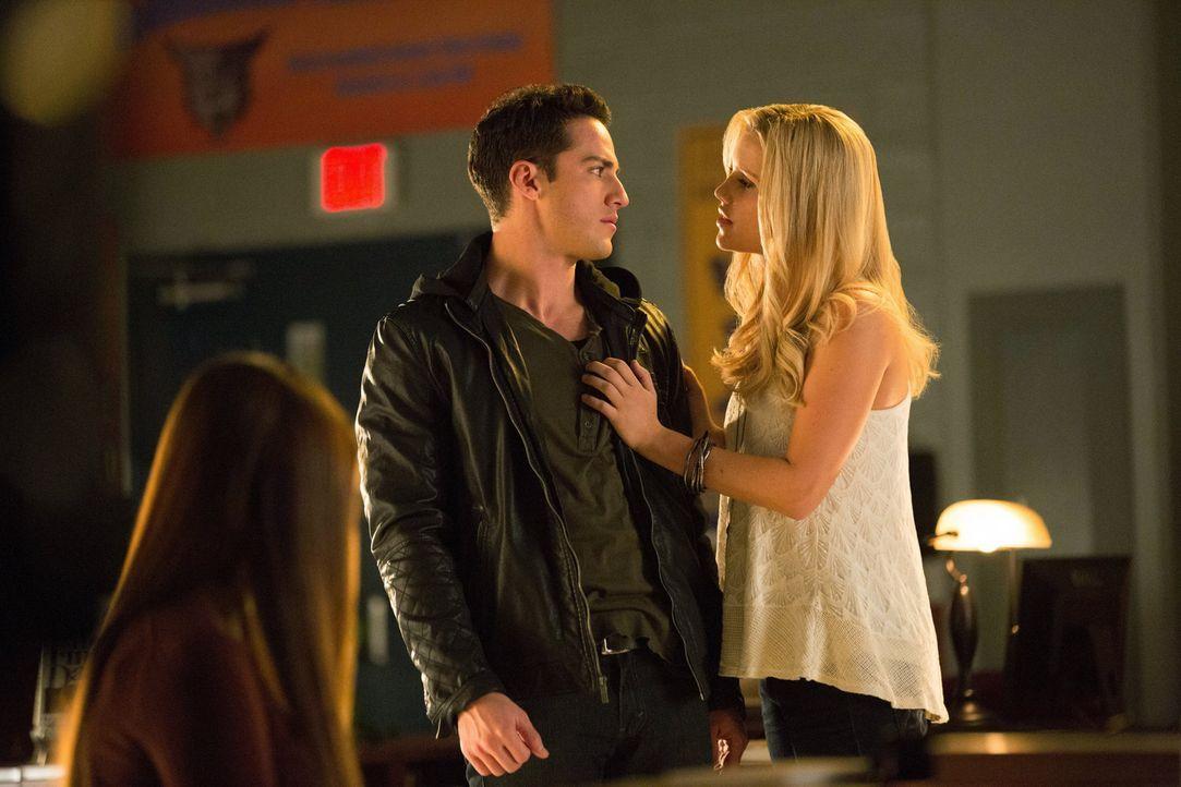 Zu ihrer eigenen Belustigung bringt Rebekah (Claire Holt, r.) den Hybriden Tyler (Michael Trevino, M.) dazu, sich in einen Werwolf zu verwandeln, wä... - Bildquelle: Warner Brothers