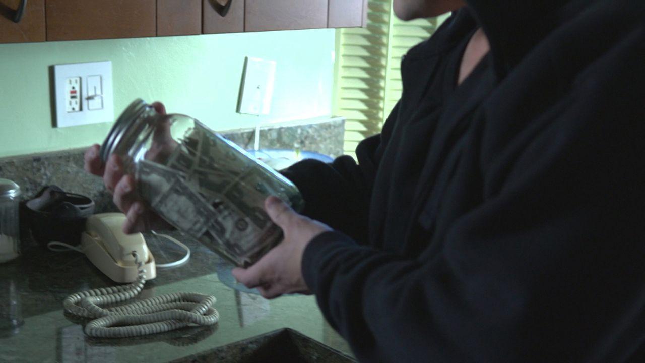 War ein Glas voller Geld oder einer der anderen wertvollen Gegenstände, die in der Mordnacht entwendet wurden, der Grund, warum Amy sterben musste? - Bildquelle: LMNO Cable Group
