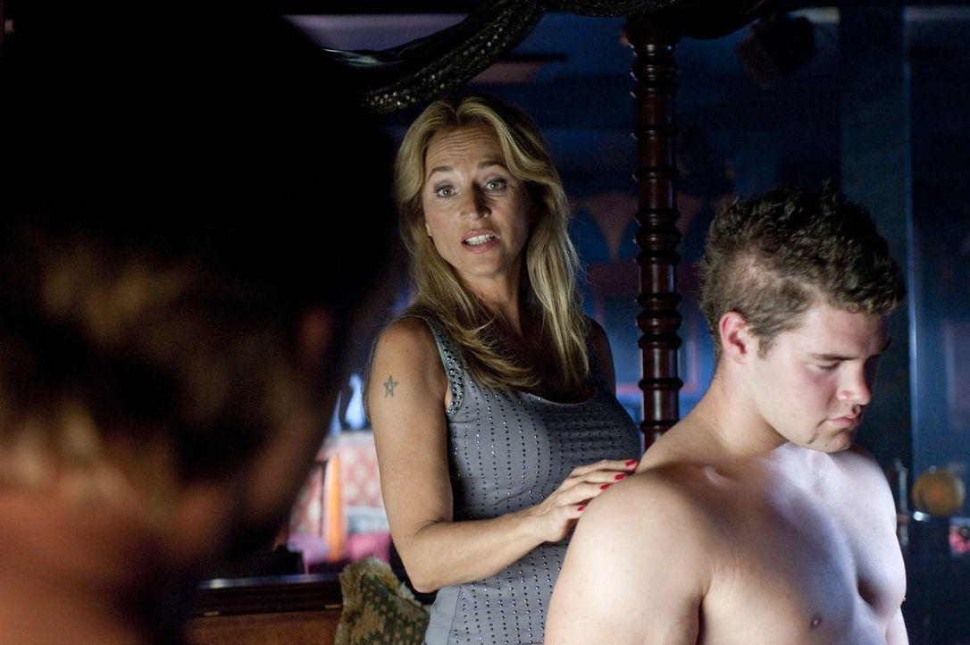 Als ihr Vorzeigestripper ermordet wird, bleibt Beate Kampmann (Caroline Beil, M.), die Chefin des Strippclubs, davon völlig unberührt. Aber ist sie... - Bildquelle: Martin Rottenkolber SAT.1