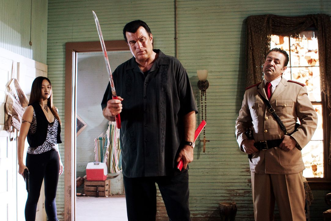 Um den mexikanischen Cop Machete außer Gefecht zu setzen, ermordet der skrupellose Gangsterboss Torrez (Steven Seagal, M.) dessen Familie. Ein Fehl... - Bildquelle: 2010 Machete's Chop Shop, Inc. All Rights Reserved.
