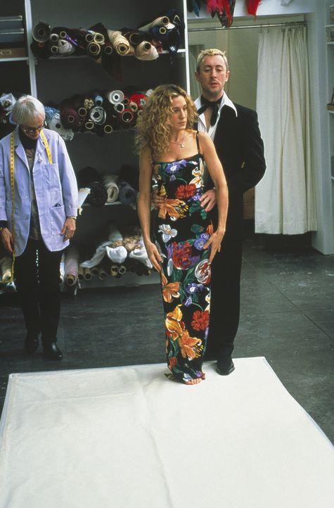 Erst nachdem Carrie (Sarah Jessica Parker) erfährt, das vorgeführte Modell von Dolce & Gabbana behalten zu dürfen, sagt sie der Modewelt zu. - Bildquelle: Paramount Pictures