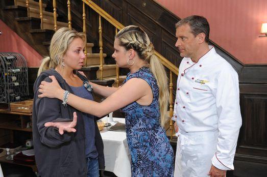 Mia (Josephine Schmidt, M.) ahnt, dass Jojo etwas Schlimmes widerfahren ist....