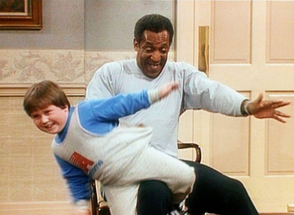 Cliff (Bill Cosby, r.) spielt mit Peter (Peter Costa, l.), einem seiner jungen Übernachtungsgäste, Rodeo. - Bildquelle: Viacom