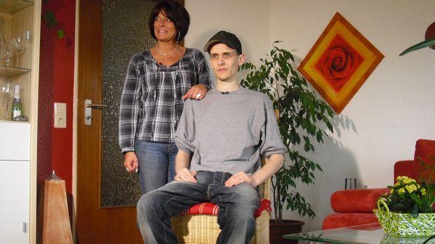 Mit 26 Jahren liegt Daniel (r.) seiner Mutter (l.) und seinem Stiefvater imme...