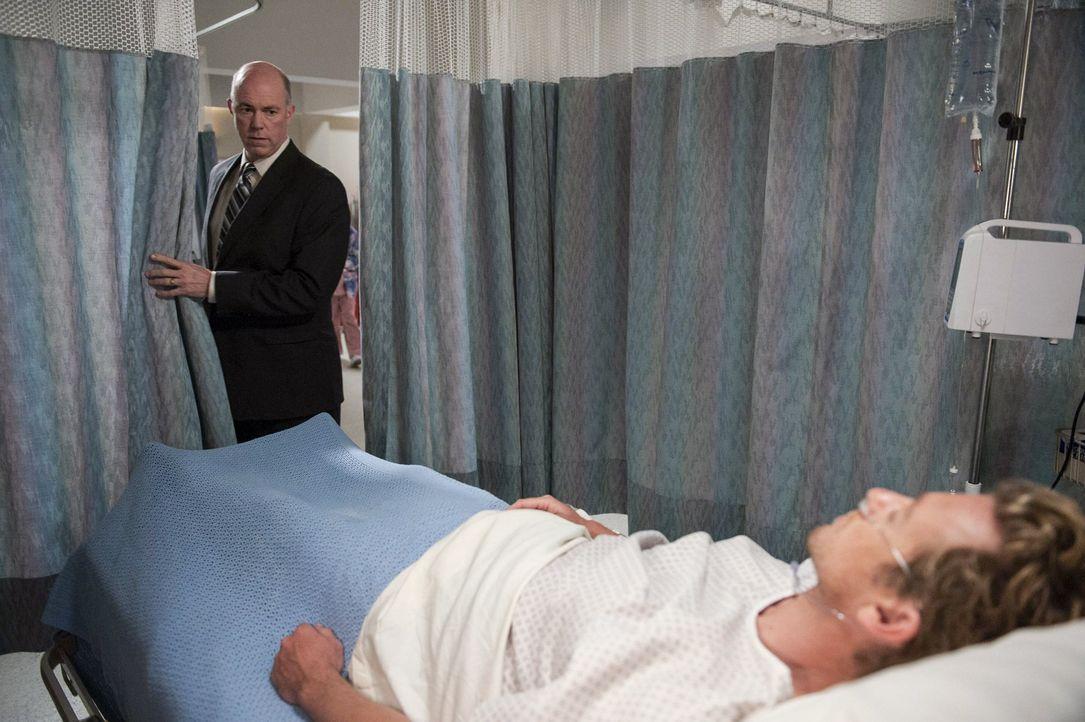 Steht mit dem Erscheinen von Gale Bertram (Michael Gaston, l.) das Leben von Patrick Jane (Simon Baker, r.) auf dem Spiel? - Bildquelle: Warner Bros. Television