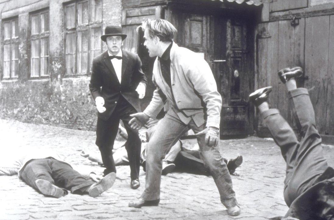 """Butler James (Eddi Arent, l.) und Amateurdetektiv Richard Gordon (Joachim Fuchsberger, r.) wehren sich erfolgreich gegen die """"Froschbande"""" ... - Bildquelle: Constantin Film"""