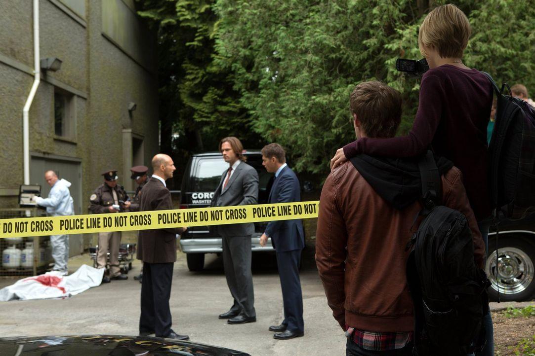 Als Kate (Brit Sheridan, r.) und Michael (Brandon Jones, 2.v.r.) den Tatort eines Mordes besuchen, ahnen sie noch nicht, was alles auf sie zukommen... - Bildquelle: Warner Bros. Television