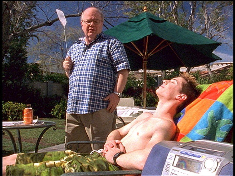Reese (Justin Berfield, r.) entdeckt, dass Nachbar Ed (Paul Willson, l.) fast mit jeder Frau aus der Nachbarschaft ein Verhältnis hatte. Dies nutzt... - Bildquelle: TM +   Twentieth Century Fox Film Corporation. All Rights Reserved.
