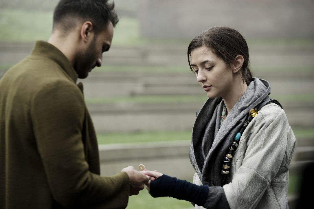An einem Ort, der eigentlich nur zur Durchreise gedacht ist, trifft Penny (Arjun Gupta, l.) auf Eve (Katie Findlay, r.) und erhofft sich einige Antw... - Bildquelle: 2015 Syfy Media Productions LLC. ALL RIGHTS RESERVED.