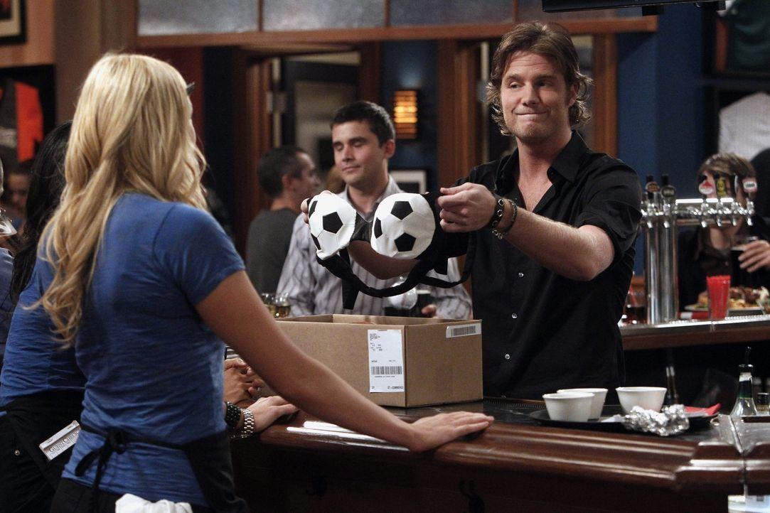 Der Chef der Bar, Jerry, hat beschlossen, dass es für die Mädchen neue Arbeitskleidung geben wird. Rick (Jake McDorman, r.) führt Chelsea (Laura... - Bildquelle: Warner Brothers
