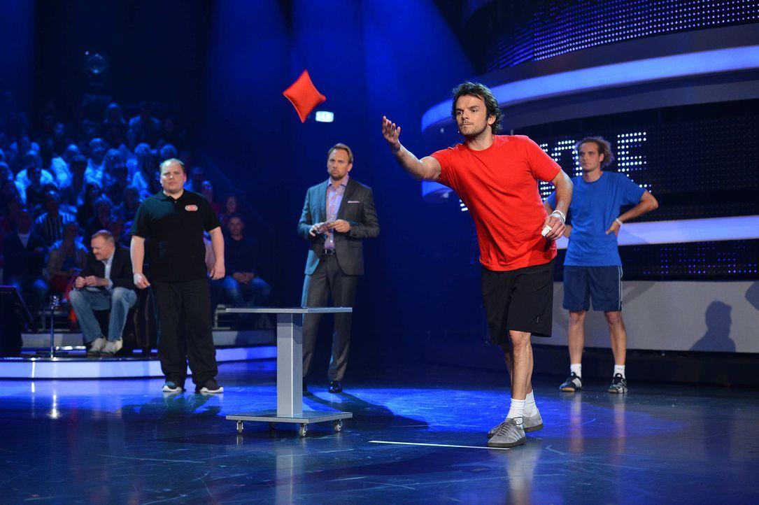 """TV-Koch Steffen Henssler (2.v.r.) stellt sich in """"Schlag den Star"""" im Duell aus bis zu neun Spielen seinem Herausforderer (r.). Steven Gätjen (3.v.... - Bildquelle: Willi Weber ProSieben"""