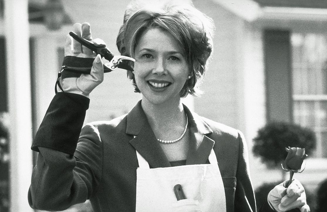 Obwohl alles in Scherben liegt, hält Carolyn Burnham (Annette Bening) an der Fassade des trauten Familienglücks fest ... - Bildquelle: Lorey Sebastian TM+  1999 DreamWorks LLC. All Rights Reserved.