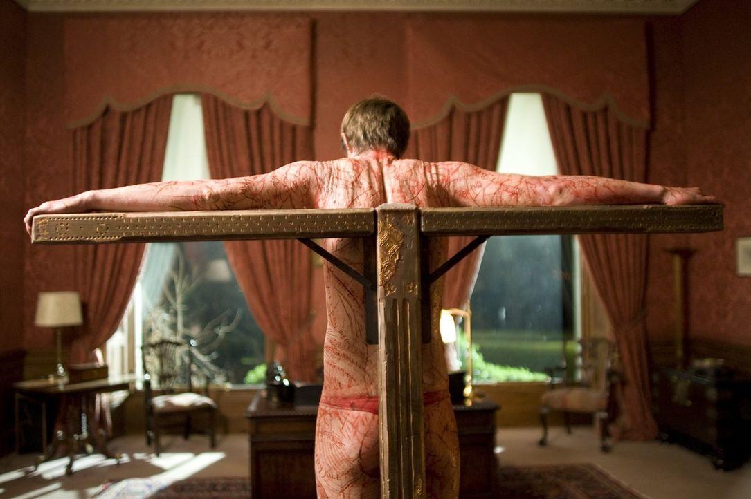 In dem Geisterhaus erlebt Medium Simon (Jonas Armstrong) einen Horrortrip, der im wahrsten Sinne unter die Haut geht ... - Bildquelle: Sunfilm