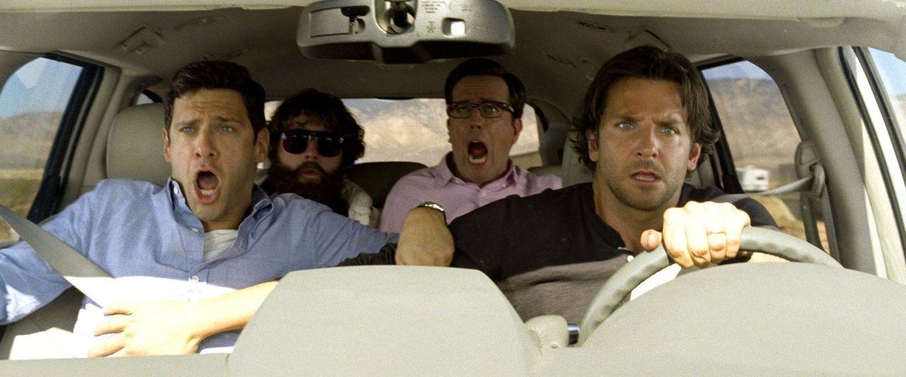 Die Freunde Phil (Bradley Cooper, r.), Stu (Ed Helms, 2.v.r.) und Doug (Justin Bartha, l.) müssen sich diesmal ganz besonders intensiv um Alan (Zach... - Bildquelle: 2013 Warner Brothers