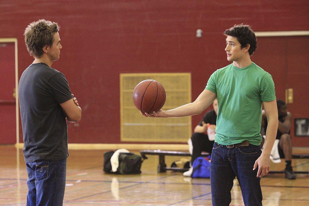 In der Schule herrscht große Anspannung: Declan (Chris Olivero, l.) und Kyle (Matt Dallas, r.) versuchen deshalb, bei einem kleinen Spiel Ablenkung... - Bildquelle: TOUCHSTONE TELEVISION
