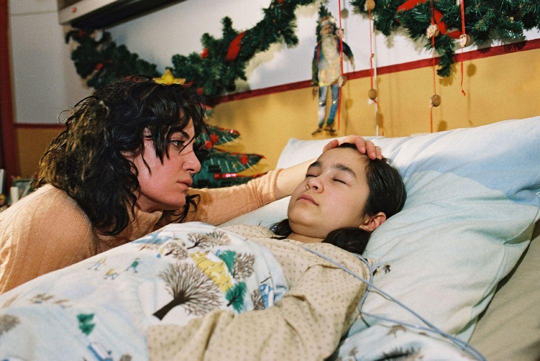 Lena (Cara Wiedtke, r.) ist drei Tage vor Weihnachten beim Eislaufen eingebrochen und liegt nun im Koma. Marie (Natalia Wörner, l.) bangt um ihr Kin... - Bildquelle: Gordon Mühle Sat.1