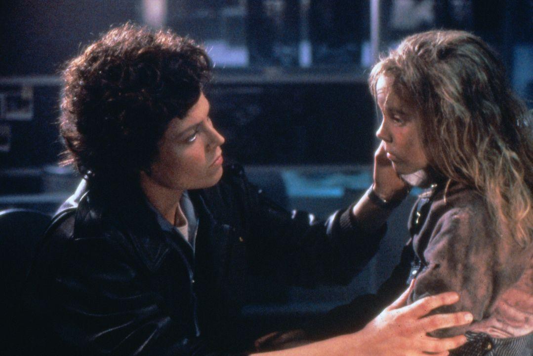 Ripley (Sigourney Weaver, l.) ist fest entschlossen, Newt (Carrie Henn, r.) vor den Aliens zu beschützen ... - Bildquelle: 1986 Twentieth Century Fox Film Corporation. All rights reserved.