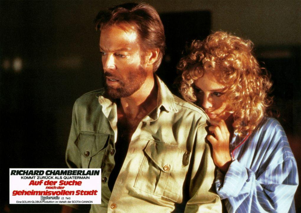 Mit einem Trupp von Trägern dringen Quatermain (Richard Chamberlain, l.) und Jesse (Sharon Stone, r.) immer tiefer in die Wildnis ein - bis sie sch... - Bildquelle: Cannon Films