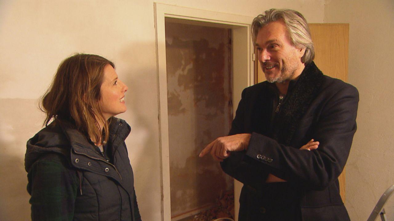 Kann Innenarchitektin Sasha (l.) aus dem Haus der Familie Schneider ein Schmuckstück machen oder findet Makler Michel (r.) das zukünftige Traumhaus... - Bildquelle: kabel eins