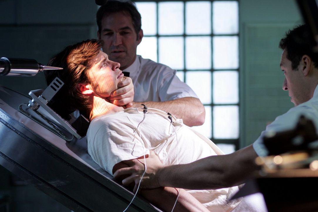 In der Klniik hat Clark (Tom Welling) keine Superkräfte. Selbst schwächlich aussehende Pfleger können den Superhelden überwältigen ... - Bildquelle: Warner Bros.