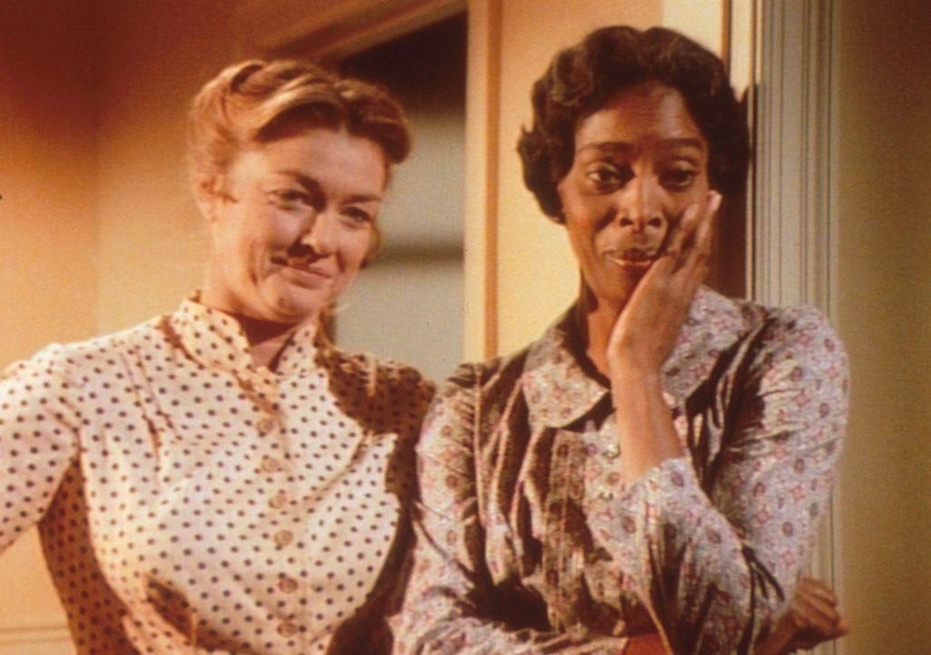 Hester Sue (Ketty Lester, r.) und Alice (Hersha Parady, l.) beobachten die Rangeleien der blinden Kinder im Bett. - Bildquelle: Worldvision