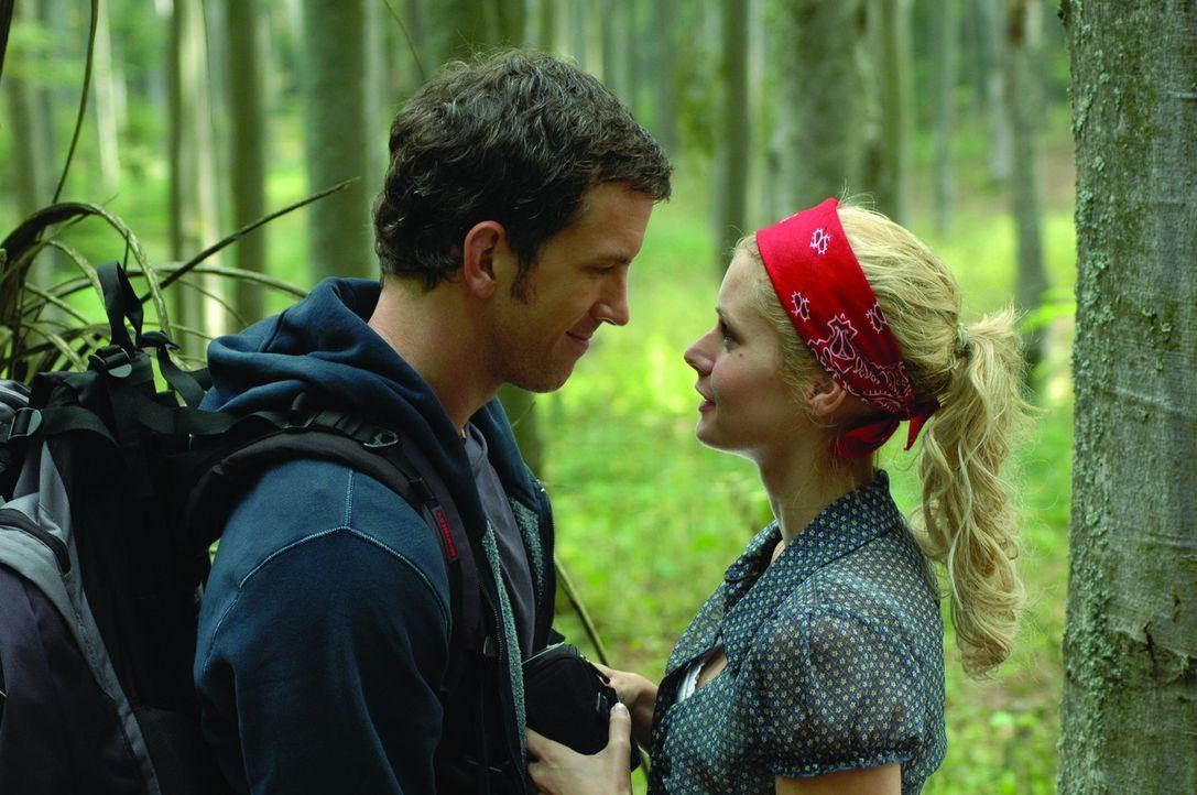 Mike (Josh Randall, l.) und Sheryl (Brianna Brown, r.) wollen ein Wanderwochenende in den Bergen West Virginias verbringen: Kaum eine Menschenseele,...