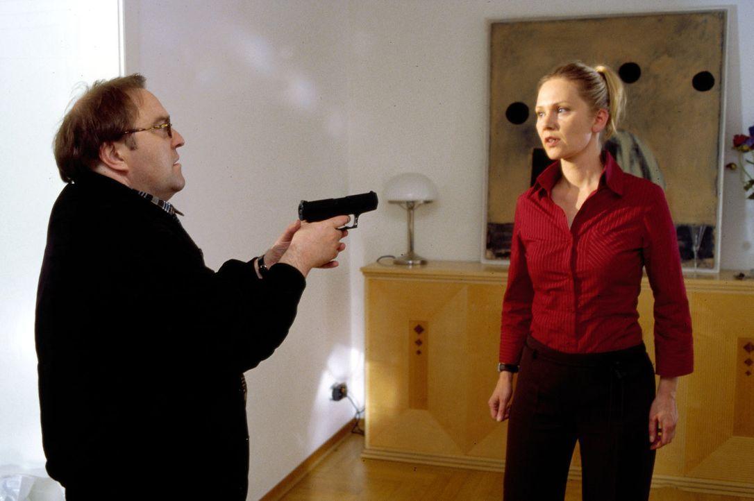 Achim (Gustav-Peter Wöhler, l.) richtet seine Waffe auf Michaela (Antje Schmidt, r.). - Bildquelle: Guido Engels Sat.1
