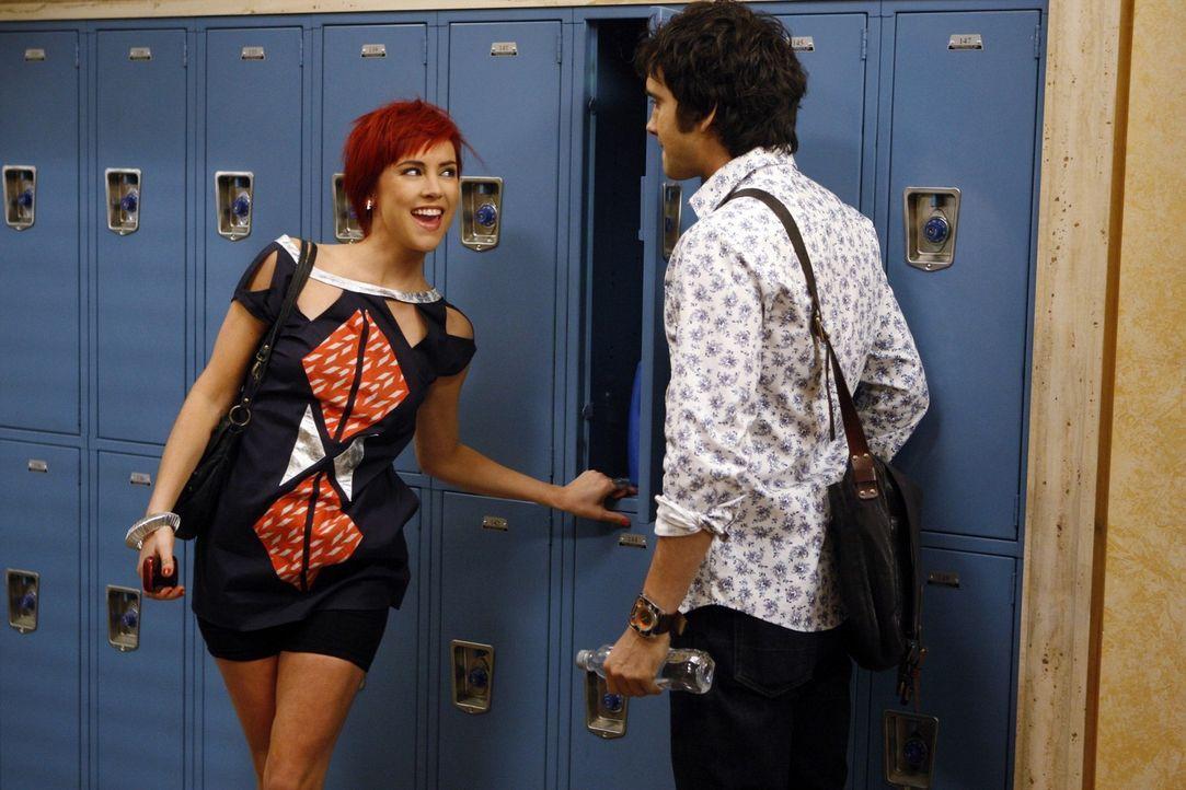 Silver (Jessica Stroup, l.) ist aufgedreht und kann ihre Freude nicht mehr zügeln. Navid Shirazi (Michael Steger, r.) ist völlig überfordert mit... - Bildquelle: 2011 The CW Network. All Rights Reserved.