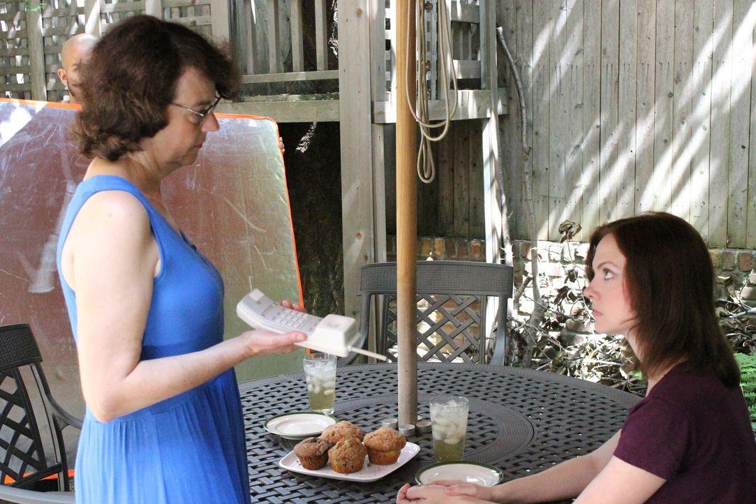 Holly (l.) macht sich Sorgen um ihre Tochter Christen (r.), nachdem diese auf dem College den jungen John kennenlernt ... - Bildquelle: Atlas Media Corp.