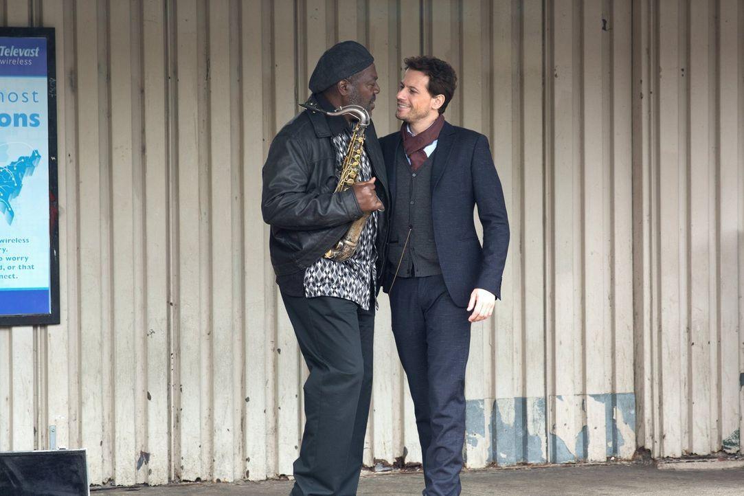 Schnell wird Henry (Ioan Gruffudd, r.) klar, dass der Saxophonist Pepper Evans (Frankie Faison, l.) kein einfaches Leben hat, aber hat diese Tatsach... - Bildquelle: Warner Brothers