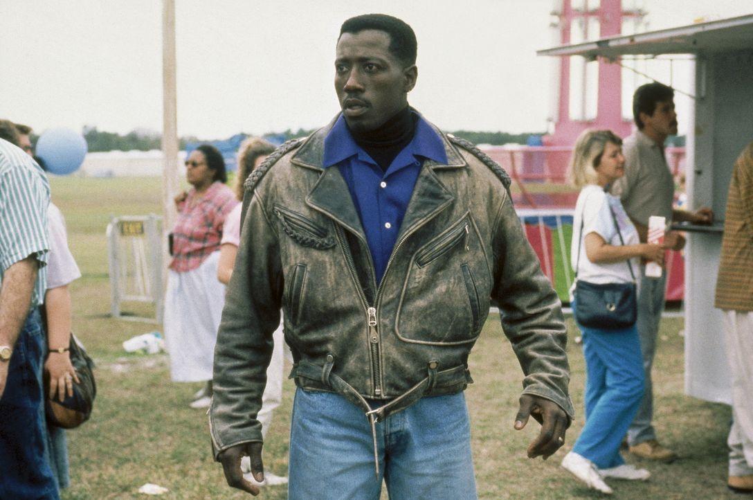 Nachdem der Hijacker das Flugzeug verlassen hat, heftet sich John (Wesley Snipes) an seine Fersen. Fatal, dass der Sheriff gerade ihn als Geiselnehm... - Bildquelle: Warner Bros.