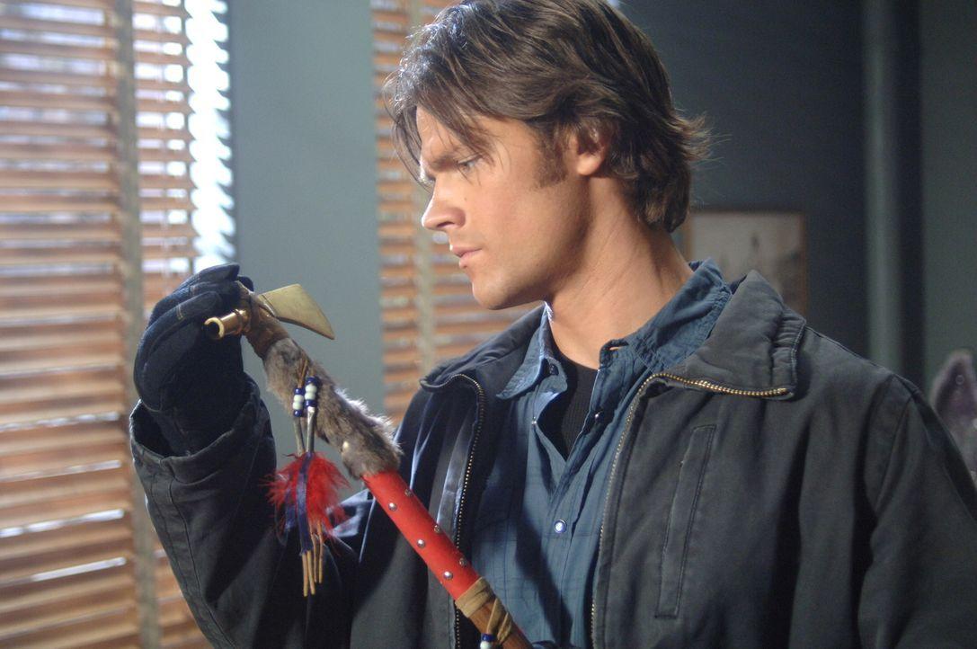 Sucht nach Hinweisen, die Licht ins Dunkle bringen: Sam (Jared Padalecki) ... - Bildquelle: Warner Bros. Television