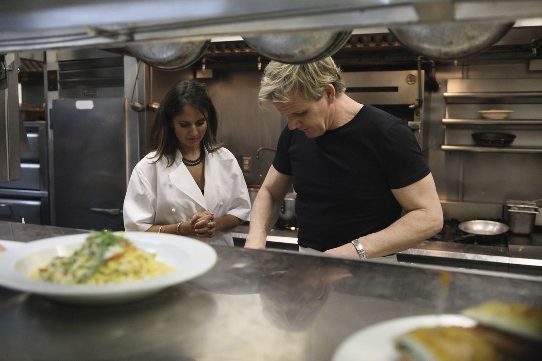"""Gordon Ramsay (r.) besucht erneut das Restaurant """"Lido"""", um zu überprüfen, ob seine Ratschläge befolgt wurden ... - Bildquelle: Fox Broadcasting.  All rights reserved."""