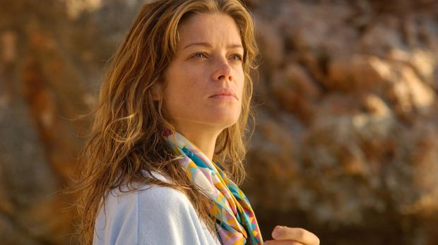 Rosemarie (Marie Bäumer) bemerkt im Urlaub am Strand, dass sie beobachtet wir...