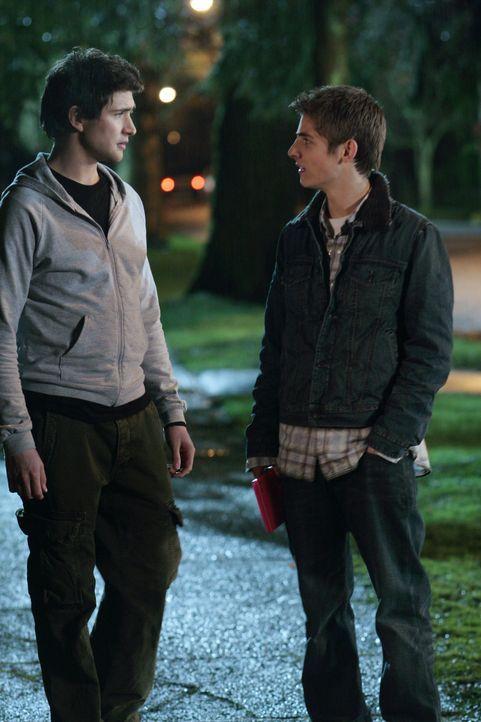 Zwischen Kyle (Matt Dallas, l.) und Josh (Jean-Luc Bilodeau, r.) gibt es immer größere Auseinandersetzungen, weil das Training der außerordentlic... - Bildquelle: TOUCHSTONE TELEVISION