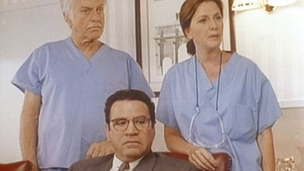 Briggs (Michael Tucci, M.), Dr. Sloan (Dick Van Dyke, l.) und die Ärztin Kare...