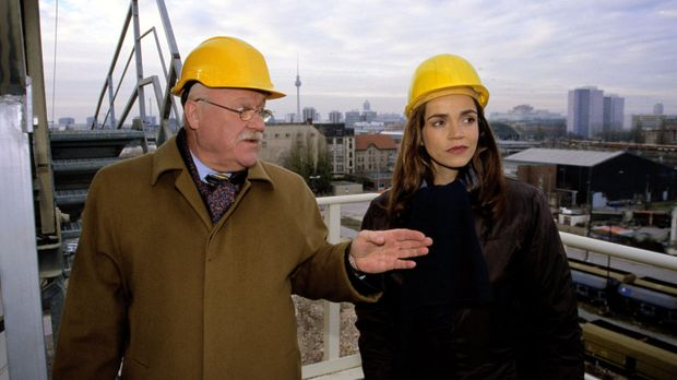 Edel & Starck - Sandra (Rebecca Immanuel. r.) vertritt den Bauunternehmer Gal...
